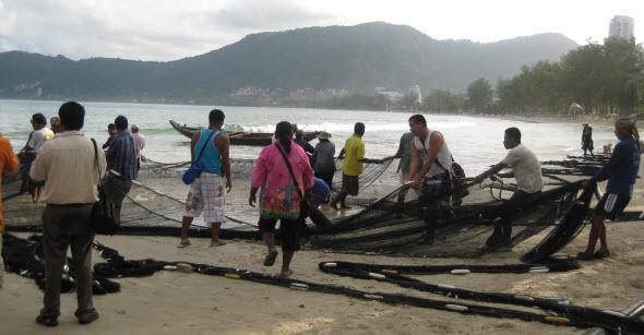 Pescadores a primera hora de la mañana en la playa de Patong. Foto © Tu Gran Viaje