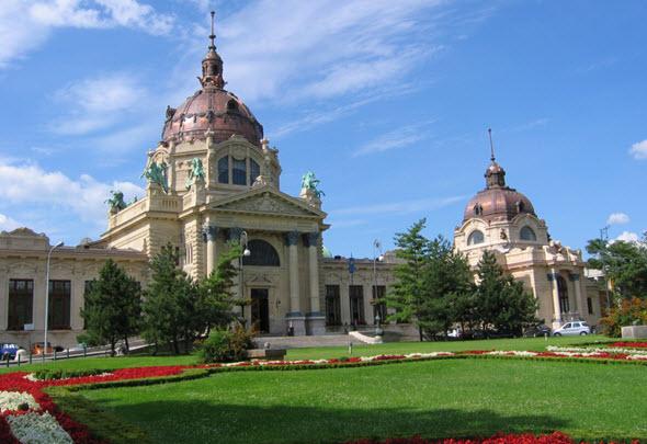 Los famosos baños terapéuticos Széchenyi, una institución en Budapest