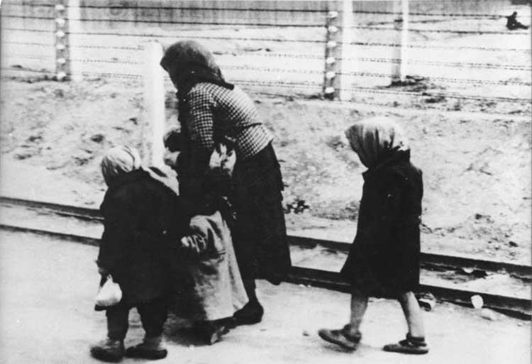 Una mujer y sus dos hijos, en el cam por de concentración de Auschwitz en 1944. Foto Bundesarchiv.