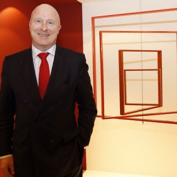 Hugo Rovira, Director Gral NH Hotel Group España, ante la obra de José Dávila
