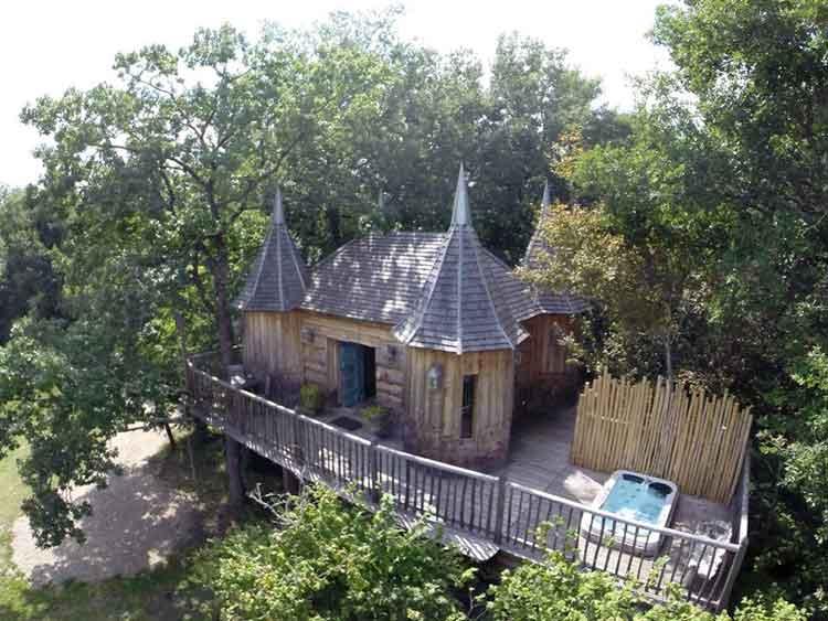 Chateaux dans les arbres. Perigord. Francia