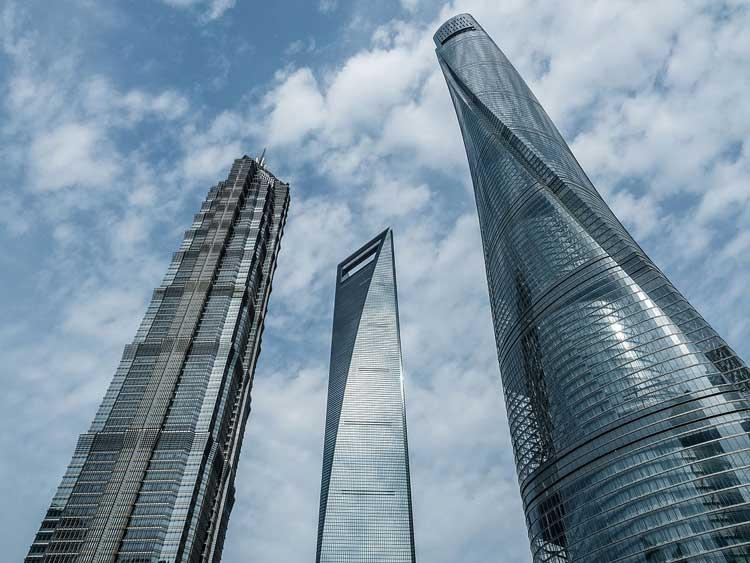 De izquierda a derecha: la torre Jin Mao Tower, el Shanghai World Financial Center y la Torre Central de Shanghai. Foto cc Ermell