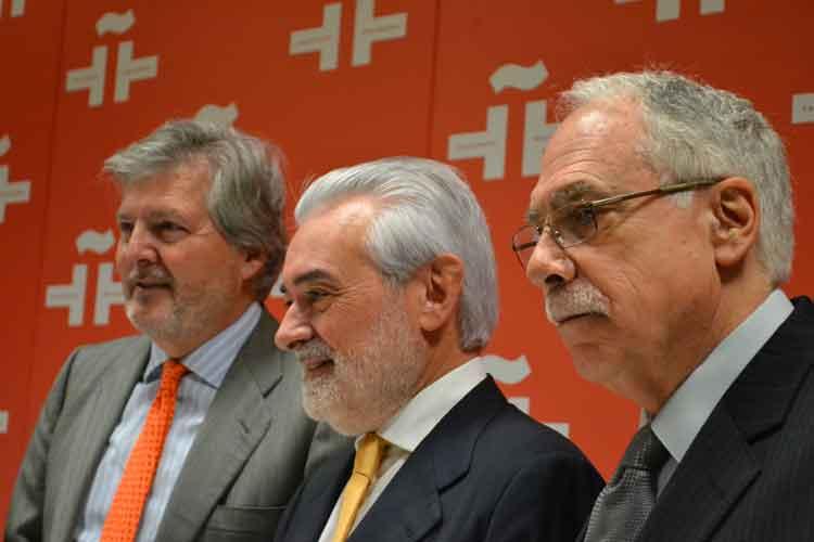 Íñigo Menéndez de Vigo,  Ministro de Cultura; Darío Villanueva, director de la RAE; y Camiló Cela Conde. Foto © Jesús Gª Marín