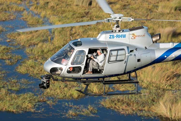Yann Arthus-Bertrand durante el rodaje de Terra en Botswana