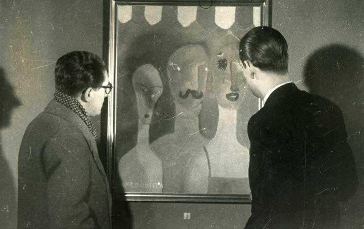Camilo José Cela contemplando una obra suya en una exposición durante la posguerra española. Foto © y cortesía de la Fundación Charo y Camilo José Cela