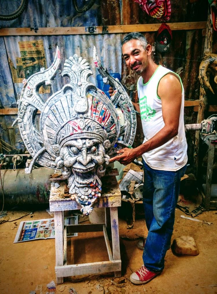 Artesano Tono. Máscaras del Carnaval de la Vega República Dominicana. Foto © Clemente Corona / Tu Gran Viaje