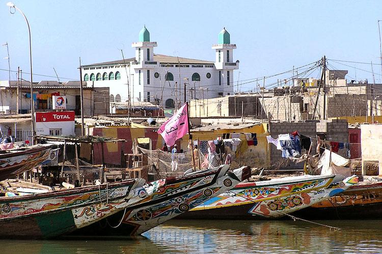 Embarcaciones en el puerto de Saint Louis, la capital de Senegal. Los parques nacionales de Senegal   Tu Gran Viaje