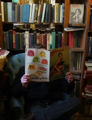 El autor del artículo, enfrascado en amena lectura en la librería