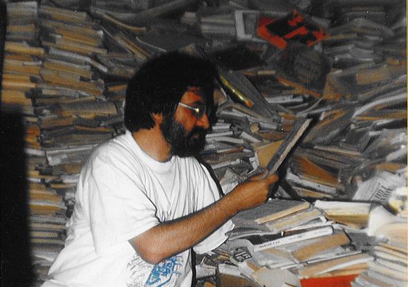 Jaume Bover en la librería del señor Marratxi en Oujuda, Marruecos
