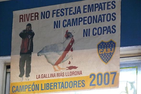 Fachada de bar junto al estadio de La Bombonera, en el barrio de Boca, Buenos Aires. Foto (c) Jesús García Marín