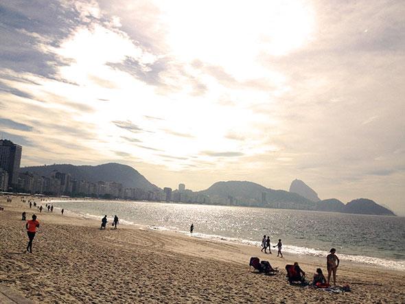Un atardecer cualquiera en la playa de Copacabana. Foto © Tu Gran Viaje.