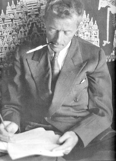 Paul Bowles escribiendo en Ceilán