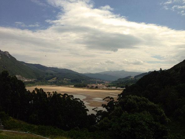 La playa de Oriñón vista desde el asador Las Encinas. Foto © Tu Gran Viaje.