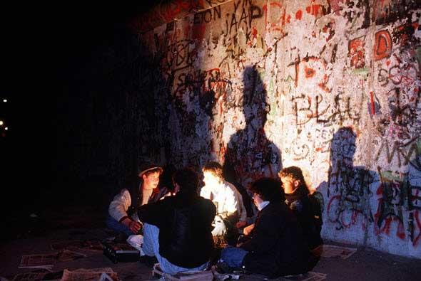 Un grupo de jóvenes, de vigilia ante el Muro de Berlín. Foto National Archives. Berlín: Die Mauer, una exposición de Tu Gran Viaje