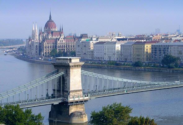 El Puente de las Cadenas, con el Parlamento al fondo, una estapa icónica de Budapest. Tu Gran Viaje a Budapest