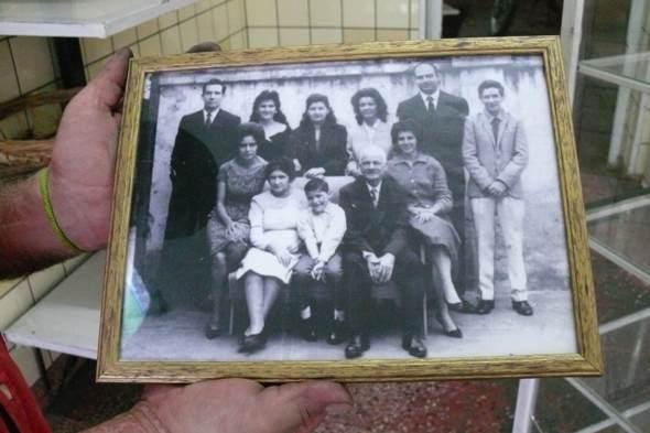 Don Juan Riera rodeado de su familia, en la Panaderia Riera de Salta. Foto de Jesús Gª Marín