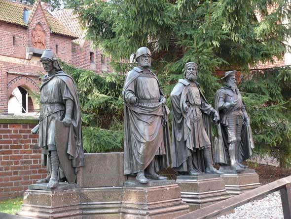 Castillo de Malbork. Patio Medio Estatuas Maestres. Foto de Ángel Ingelmo