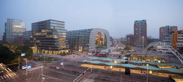 Róterdam cuenta con un icono más: el Markthal Rotterdam. En un lugar histórico junto al Binnenrotte, muy cerca de la estación Blaak y el mercado al aire libre más grande del país, se ha construido el mercado cubierto más grande de Holanda.