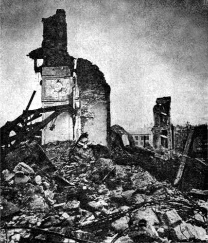 El Castillo Real de Varsovia quedó totalmente destruido durante la II Guerra Mundial. Esta foto fue tomada en 1945.