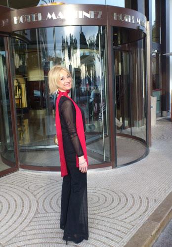 Pilar Carrizosa, la autora del reportaje, ante la puerta del Hotel Martínez de Cannes