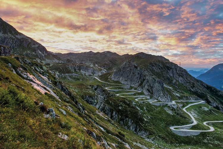 Atardecer en San Gottardo y la Vía Tremola, Suiza