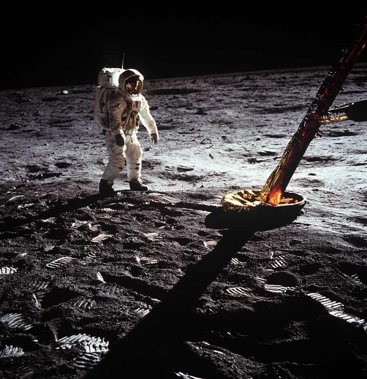 Astronauta caminando en la luna. Misión del Apolo 11, 21 de julio de 1969