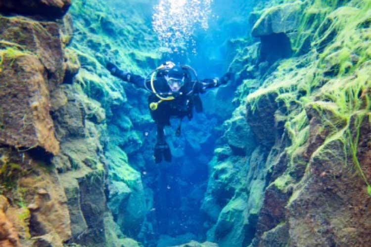 Buceo en la grieta Silfra de Islandia