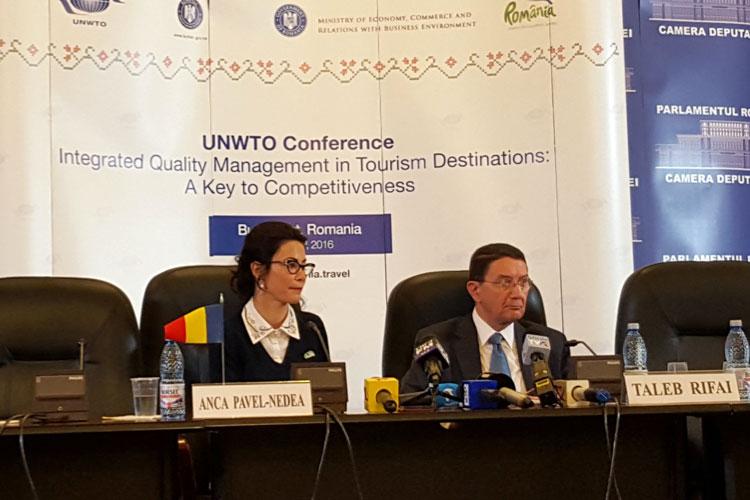 Anca Pavel-Nedea, Presidenta de la Autoridad Nacional de Turismo de Rumanía, y Taleb Rifal, Secretario General de la Organización Mundial de Turismo. © Tu Gran Viaje