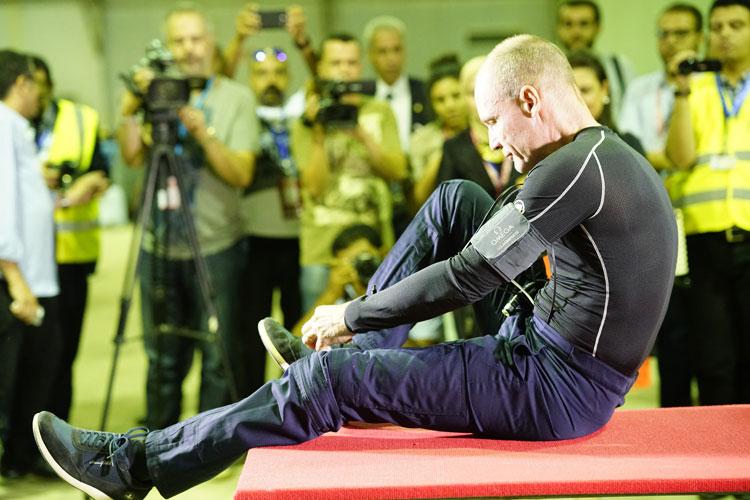 Bertrand Piccard preparándose para despegar desde El Cairo con rumbo a Abu Dhabi.