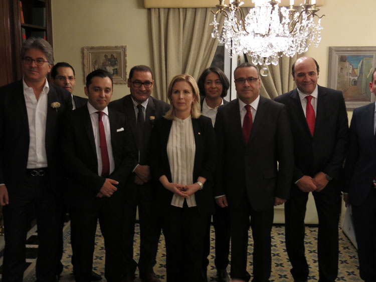 Autoridades tunecinas junto a la ministra de Turismo de Túnez, Salma Elloumi Rekik.