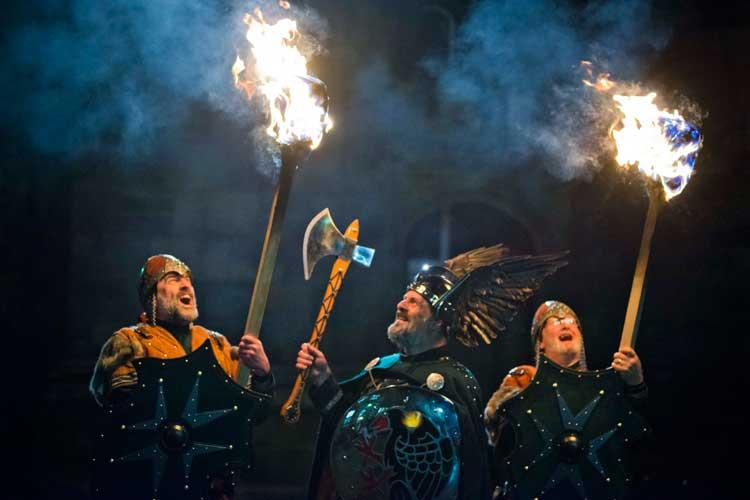 Vikingos de la procesión de las antorchas. Viajar al Hogmanay de Edimburgo 2016-2017. Mil razones para viajar en Tu Gran Viaje