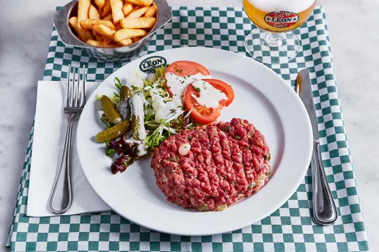 Steak tartare del restaurante Chez Leon de Bruselas | Tu Gran Viaje revista de viajes y turismo