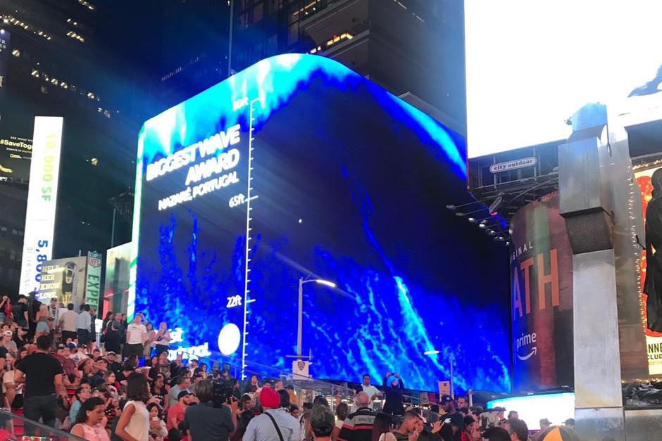 "La ola de Nazaré ""inunda"" Times Square | Tu Gran Viaje"